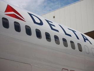 Bathroom user says Delta kicked him off flight